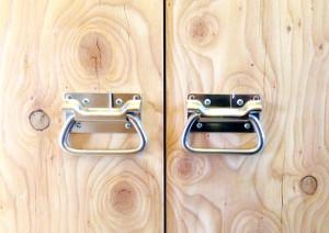 木製建具にステンレス製のトランク用取手